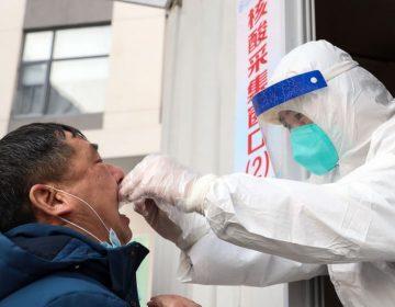 China registra su primer muerto por COVID-19 en meses el mismo día en que la OMS llegó para investigar el origen del virus