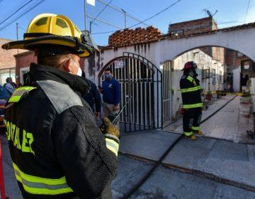 Rescatan bomberos a dos mujeres del interior de una casa en llamas en Aguascalientes