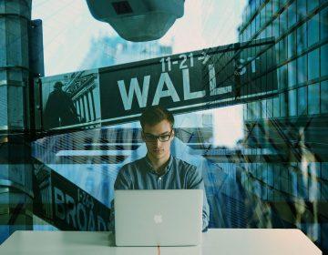 Desafían a Wall Street pequeños inversionistas, los sacan del juego