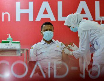Indonesia amenaza con multar a quienes se nieguen a vacunarse contra el COVID-19