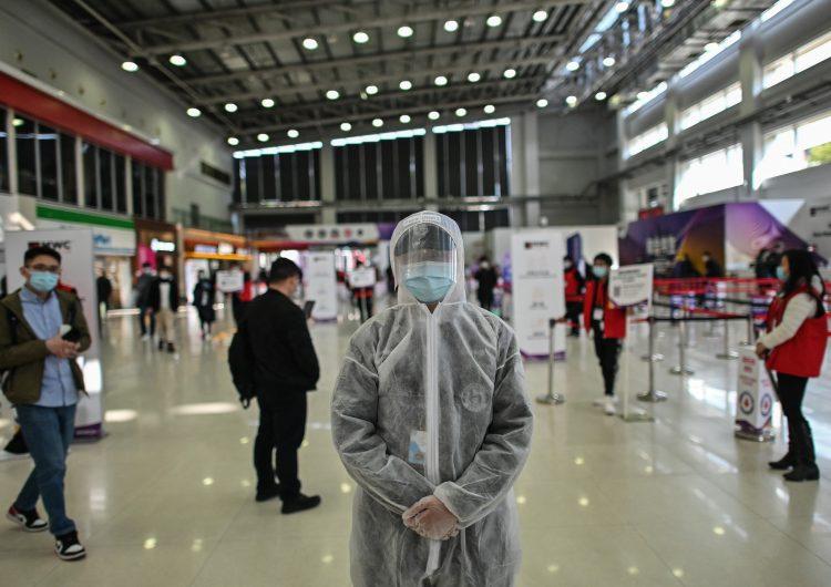 Tras denuncia, China niega haber hecho pruebas anales de COVID-19 a diplomáticos de EU