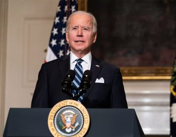 Biden amenaza con sanciones tras golpe de Estado en Birmania: EU 'defenderá la democracia'