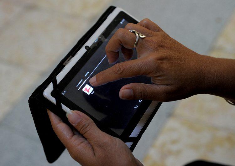 CEPAL y ONU proponen una canasta digital básica para las mujeres