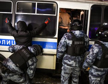 Rusia expulsa a diplomáticos europeos tras protestas por caso Navalni; es injustificado: Merkel