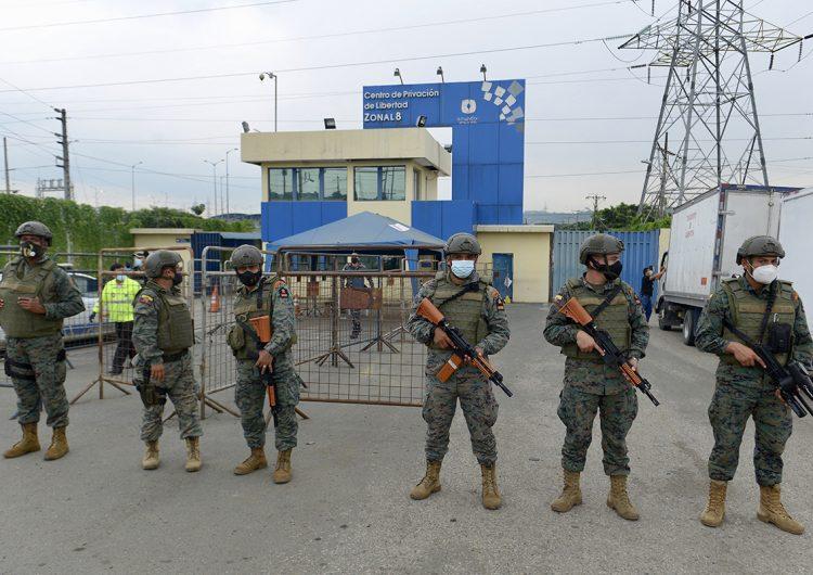 Revueltas en tres cárceles de Ecuador dejan al menos 62 presos muertos