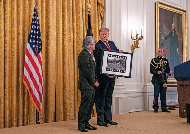 ¿Por qué el fotógrafo de la 'niña del napalm' aceptó una medalla de Donald Trump?