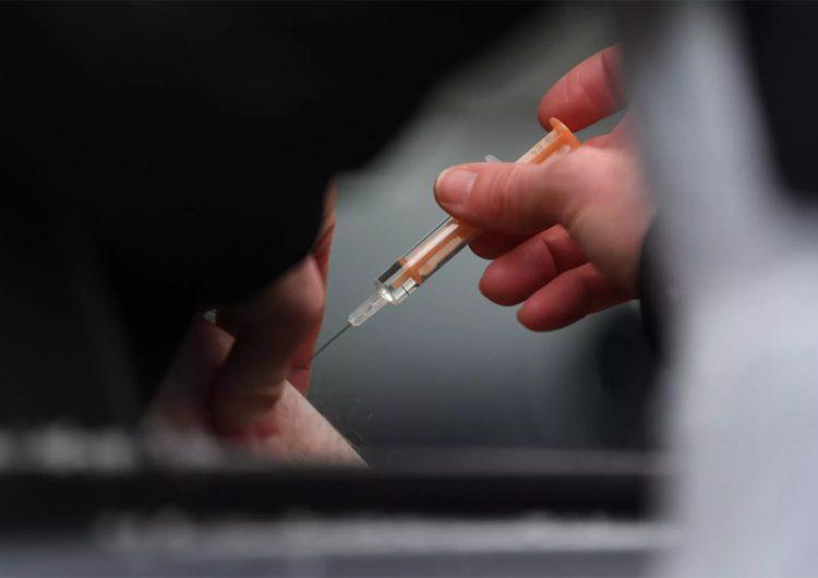 Las nuevas variantes del COVID-19 desafían la eficacia de las vacunas disponibles