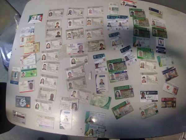 Detienen a mujer con más de 70 credenciales e identificaciones oficiales en Aguascalientes