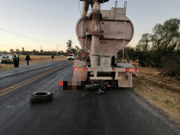 Motociclista muere al estrellarse contra un trailer en San Francisco de los Romo