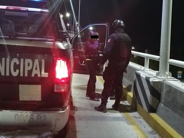 Rescatan policías a joven que pretendía suicidarse arrojándose de un puente en Aguascalientes