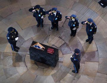 Detienen a dos hombres acusados de atacar a policía que murió en asalto al Capitolio