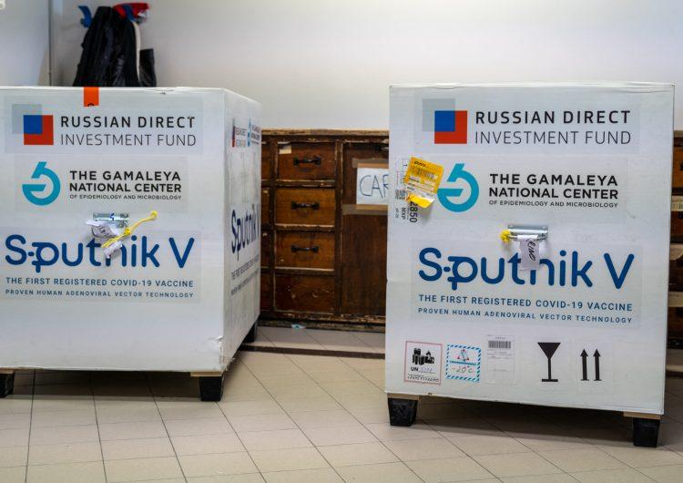 Unión Europea: funcionaria desaconseja autorizar con urgencia vacuna Sputnik V