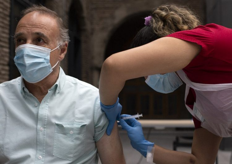 Chile vacuna a más de cinco millones de personas antes de lo previsto