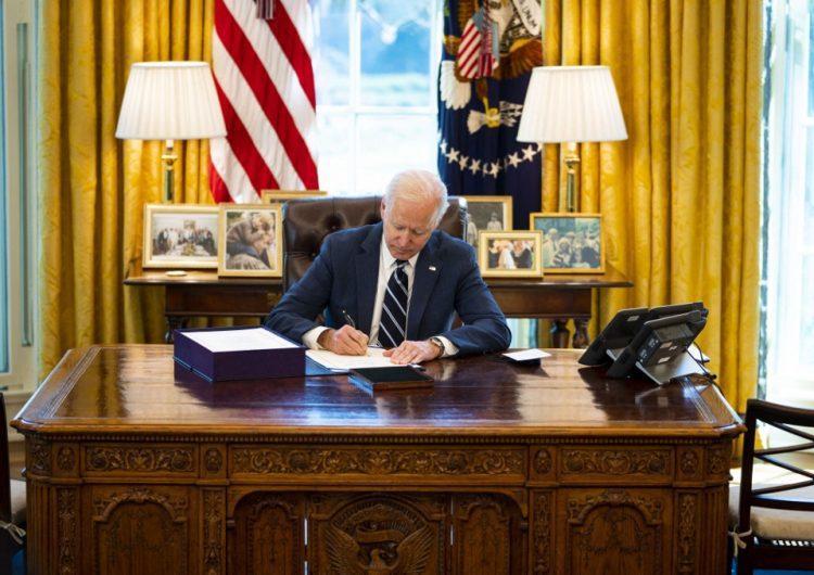 Biden promulga histórico paquete de ayuda económica contra el coronavirus