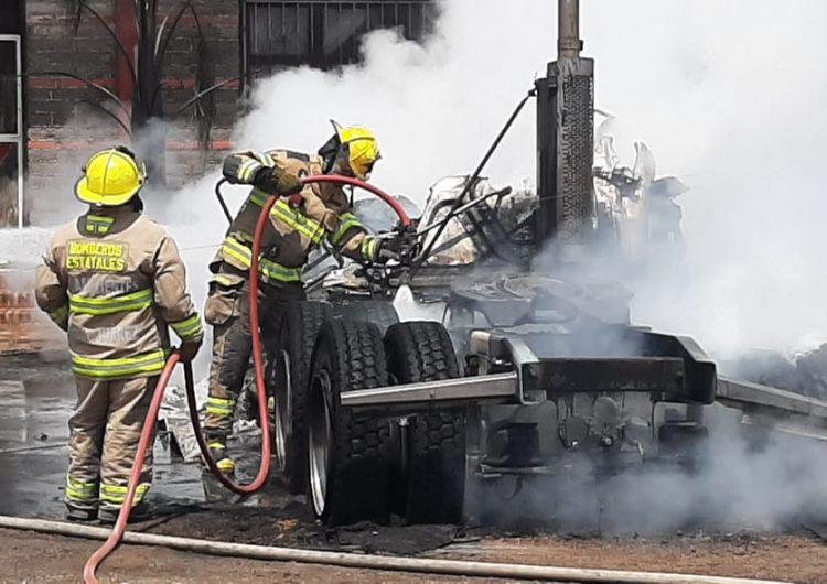 Cables de alta tensión caen sobre trailer y es consumido por las llamas en El Llano