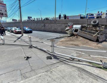 Camión de volteo vuelca en paso a desnivel de Aguascalientes