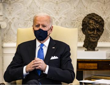 'Lo último que necesitamos es el pensamiento neandertal', dice Biden sobre retiro de medidas anti-COVID