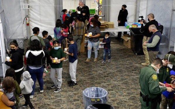 Gobierno de EU muestra imágenes de los centros de detención de niños migrantes ante críticas