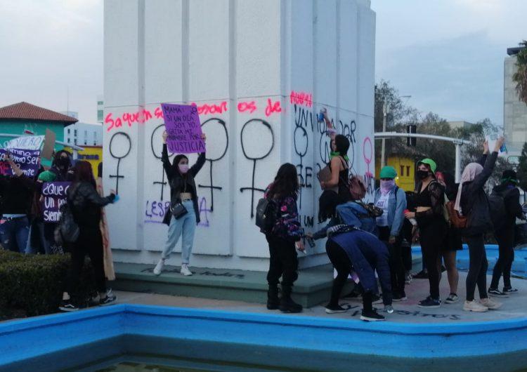 """""""Estado feminicida"""", """"Ni una muerta más"""" y """"No estás sola"""", entre las pintas y consignas del 8M en Tijuana"""