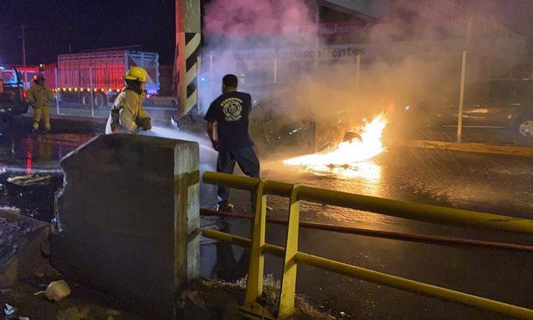 Camioneta se incendia tras choque en muro de contención en Margaritas, Jesús María