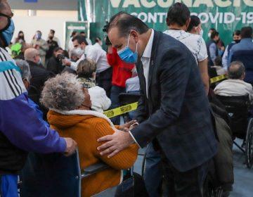 Supervisa gobernador de Aguascalientes vacunación de adultos mayores en la capital