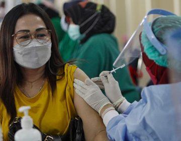 Qué es la 'falacia de la pendiente resbaladiza' y por qué la vinculan con vacunación contra COVID-19