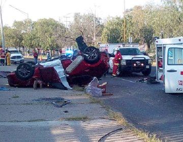 Un muerto y un lesionado en accidente vehicular en curva de la UAA