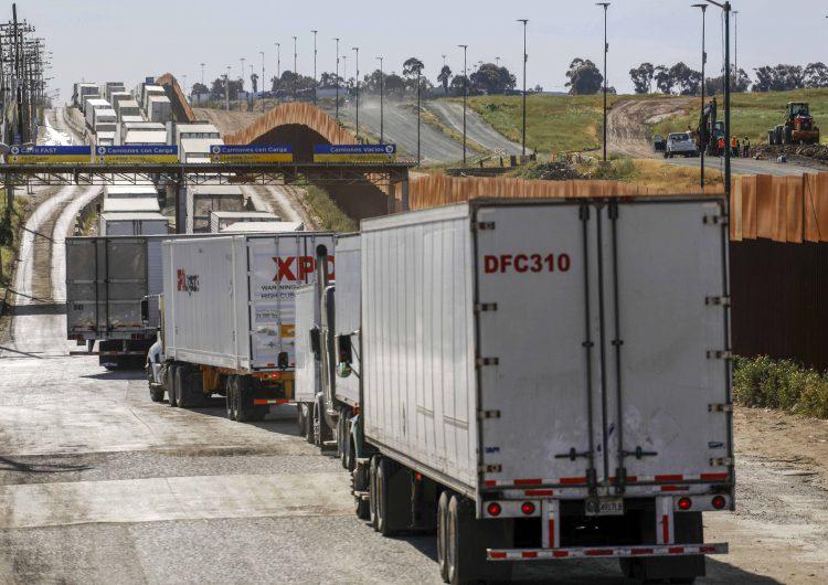 Más de 3 mil mdd y 88 mil empleos perdidos ante demoras en cruces fronterizos