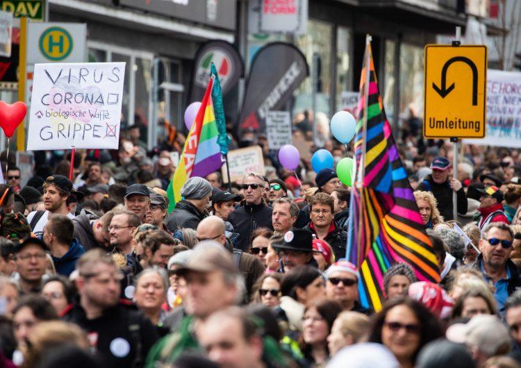 Miles de personas protestan en Alemania contra medidas por tercera ola de COVID-19