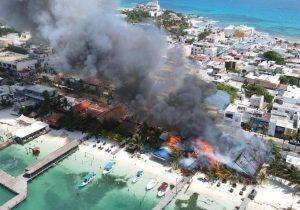 Arrasa incendio con palapas en Isla Mujeres