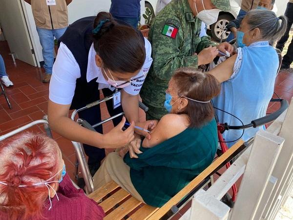 Vacunan a 150 personas de la tercera edad de asilos de Aguascalientes
