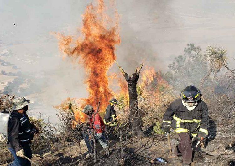 Aún sin control el incendio forestal de Tetela de Ocampo