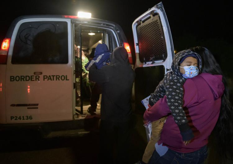 Detenciones de migrantes en frontera de EU aumenta 71 %, cifra máxima en 15 años