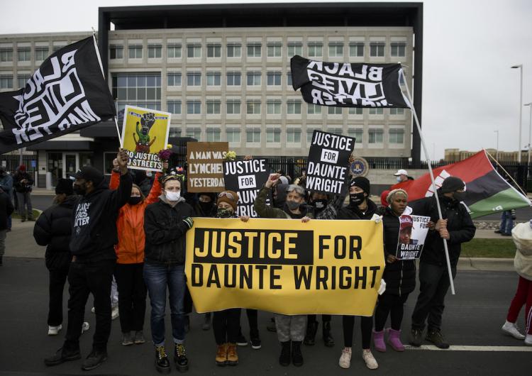 EU: mujer policía es detenida por asesinar a joven negro en suburbio de Mineápolis