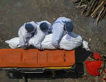 Crisis en India: muertos por covid-19 son incinerados en estacionamientos y callejones