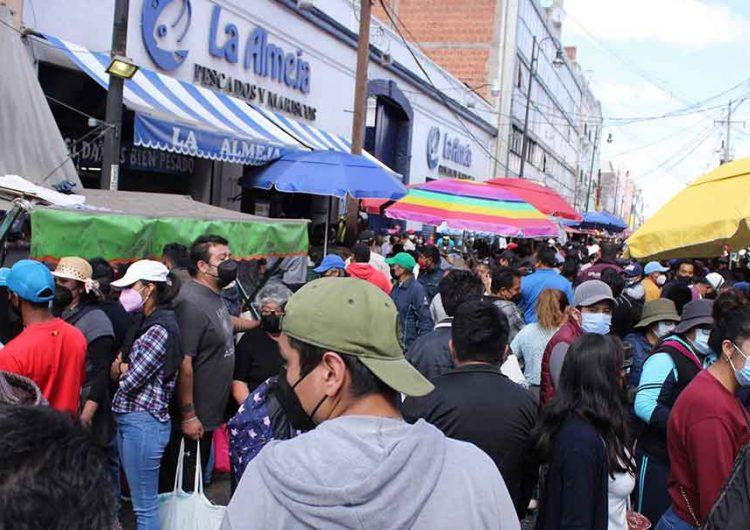 Poblanos saturan el Mercado 5 de Mayo, no existe sana distancia