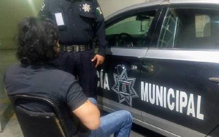 Frustran policías municipales intento de suicidio en el puente de Segundo Anillo y Mariano Hidalgo