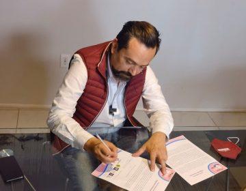 Firma Arturo Ávila carta compromiso a favor de la vida, la mujer y la juventud