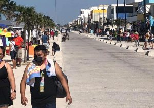 Abarrotan playas yucatecos sin sana distancia