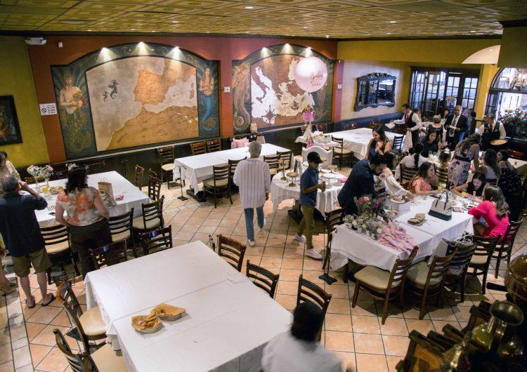 Restaurantes y cafés regresan a aforo del 50% por alza en Covid-19