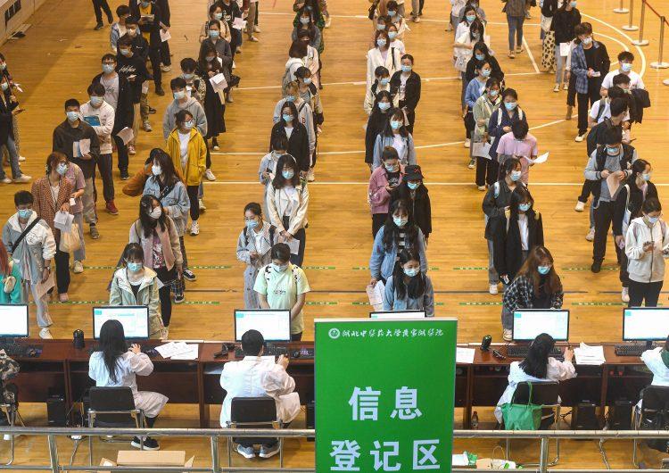 """China acusa a EU de expandir tesis """"complotistas"""" sobre origen de la pandemia del covid-19"""