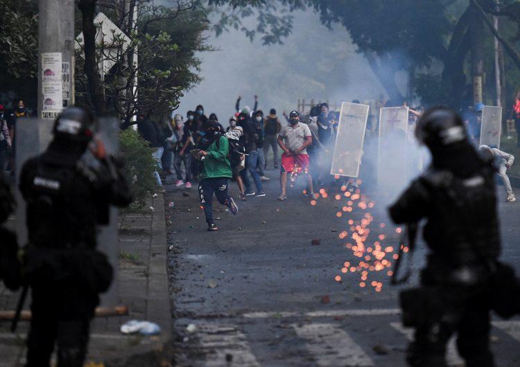 Presidente de Colombia cancela reforma tributaria que movilizó al país