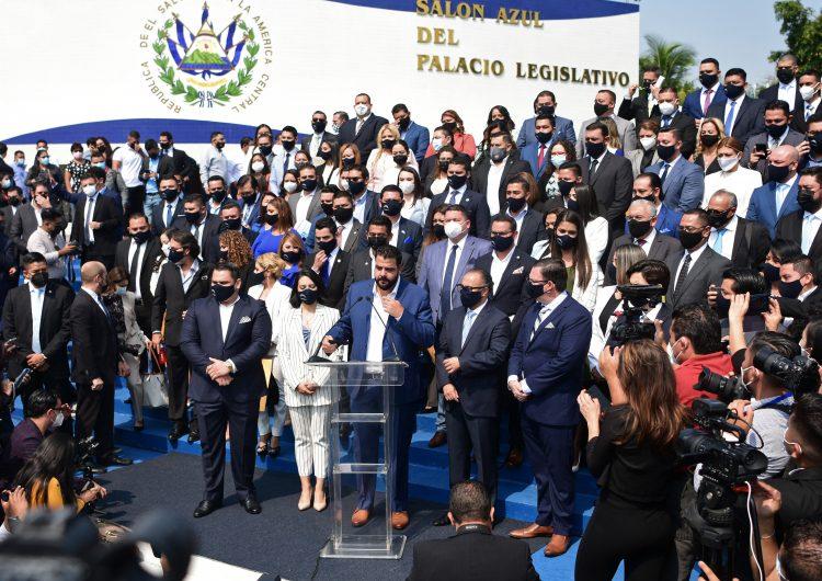 El Salvador: el presidente Bukele destituye magistrados supremos y al fiscal general