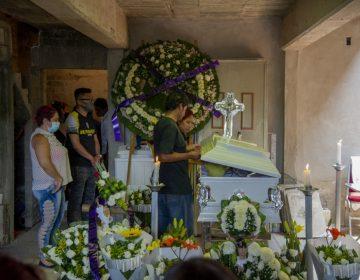 """""""No te vayas, hijo"""", el último adiós a víctimas de accidente de metro en México"""