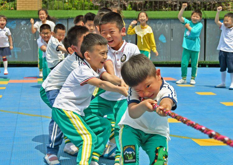 China autoriza a las familias tener hasta tres hijos para contrarrestar envejecimiento de su población