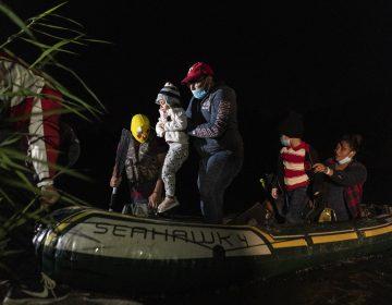 Guatemala asiste a 5 niñas, entre ellas una bebé, abandonadas por traficantes en EU