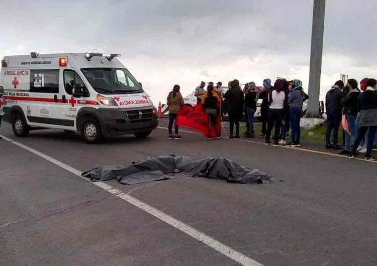 Dos normalistas mueren al saltar de tráiler para saquearlo en Teteles, Puebla