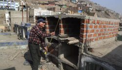Covid-19: en Perú cavan tumbas sin permiso ante la falta…