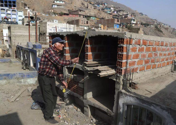 Covid-19: en Perú cavan tumbas sin permiso ante la falta de espacio en cementerios