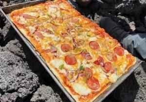 Chef guatemalteco cocina pizzas en un volcán activo